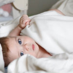 赤ちゃんの夏の布団の選び方は?汗をかく・蹴る・かけない時の対処法やコツ